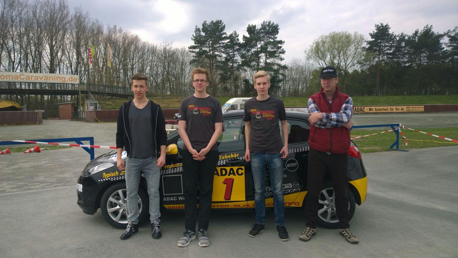 Jeremias Halbe (Young Driver), Nico Verbücheln (Junioren), Jan-Niklas Schmidt (Einsteiger) und Trainer Bruno Hetzel